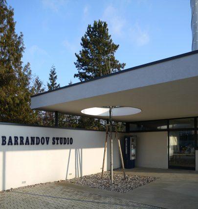 Pro filmové ateliéry Barrandov v Praze jsme navrhli a realizovali hlavní bránu, produkční zázemí a kostymérnu