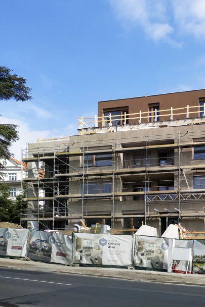 Fotoreport: právě probíhá finalizace fasád a dokončení předzahrádek rezidence Červený Dvůr