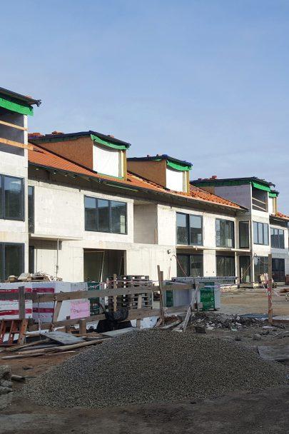 Hrubá stavba dvaceti velkorysých bytů sjedinečnou atmosférou v sousedstvíkulturní památky Jinonického dvora podle našeho návrhu a projektu je hotová