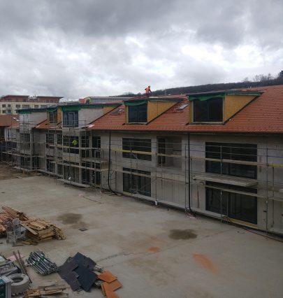 Fotoreport z Jinonic: hrubá stavba dvaceti bytů v rámci první etapy rozšíření a revitalizace zámeckého dvora je hotová
