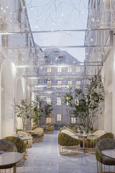 Restaurace, lázně, konferenční prostory, bary a pokoje špičkové kvality. To vše čeká na návštěvníky okázalého hotelu podle našeho návrhu
