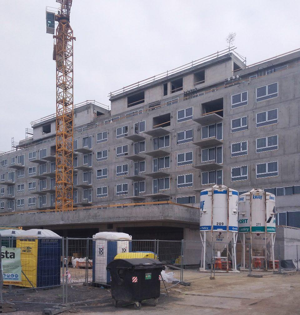 Fotoreport: výstavba bytového domu Zelená Libuš podle našeho návrhu a projektu je v plném proudu – hrubá stavba je hotová