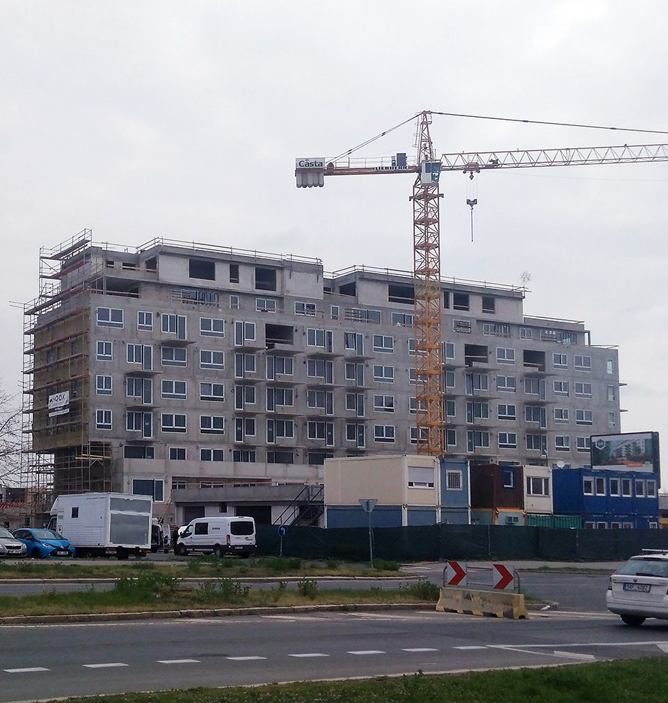 Photoreport: construction of the Zelená Libuš apartment building in accordance with our design and project is in full swing – the shell construction has been completed