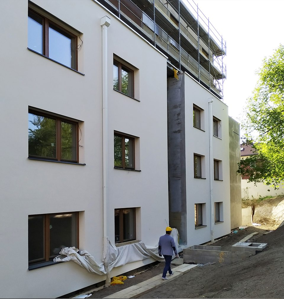 Photoreport: façades are being finalised with front gardens at the Červený Dvůr residence