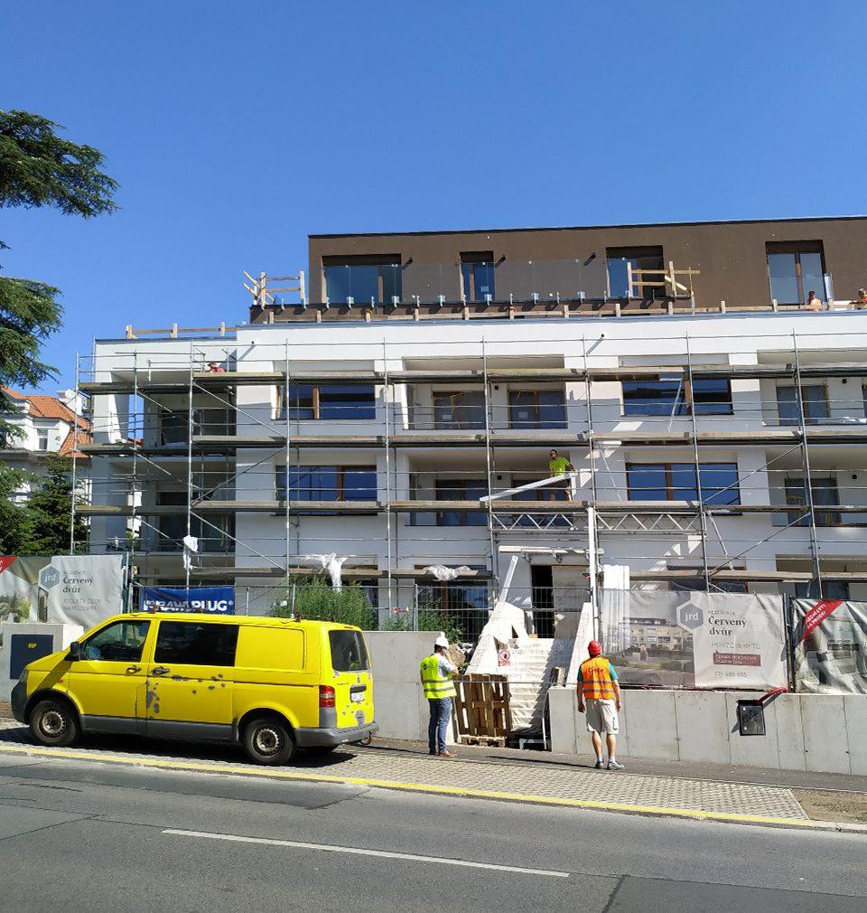 Rezidence Červený dvůr v pražských Malešicích podle našeho návrhu a projektu je téměř hotová