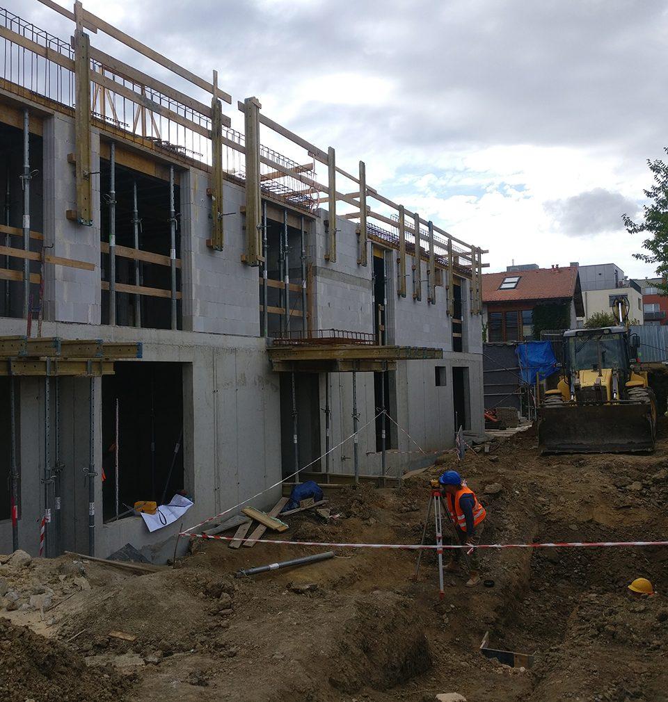 Ve třech etapách jsme navrhli revitalizaci a soudobé doplnění Jinonického dvora. Právě probíhá výstavba I. etapy – dvaceti velkorysých bytů