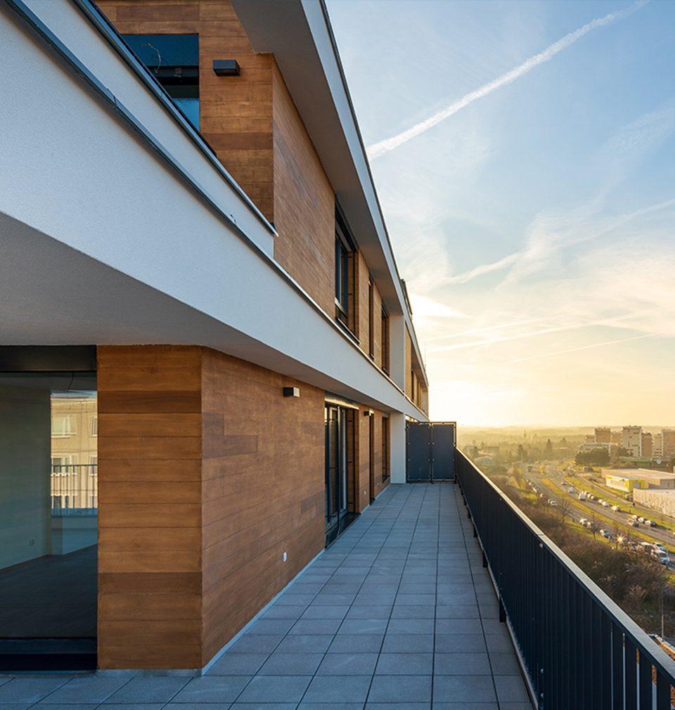 Earch.cz píše: MS architekti navrhli bytový dům s naplněnou ambicí vytvořit místo k životu, které propojuje bydlení na úrovni vyššího standardu a přece dosažitelné