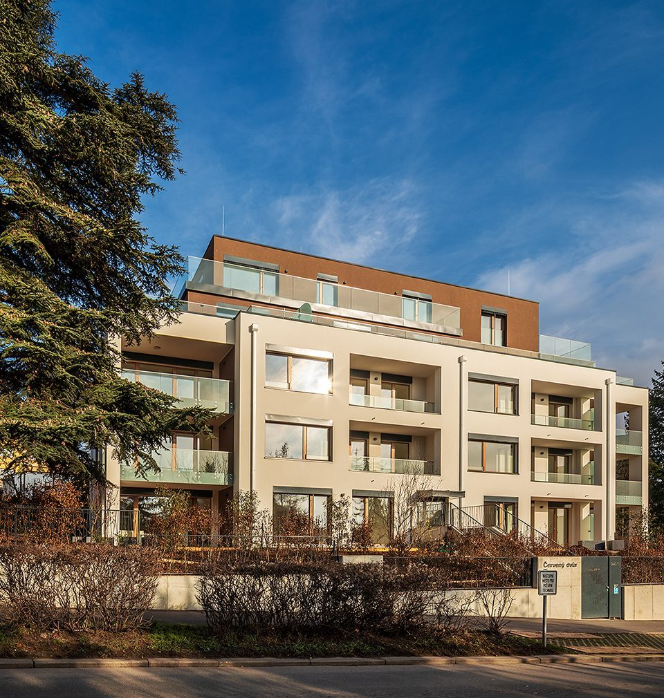 The following was published on Earch.cz: Červený dvůr residential building was designed by MS architekti under a hundred-year-old cedar tree