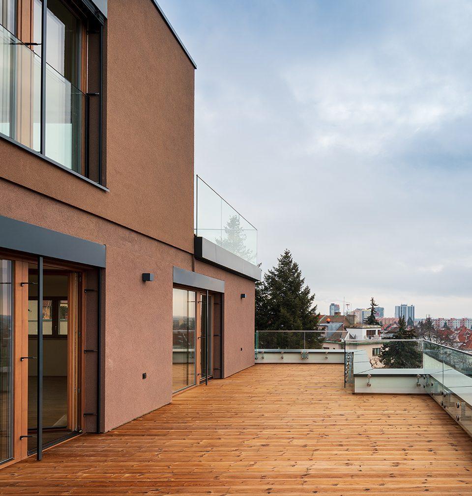 Earch.cz píše: MS architekti navrhli pražskou rezidenci Červený dvůr ve stínu staletého cedru