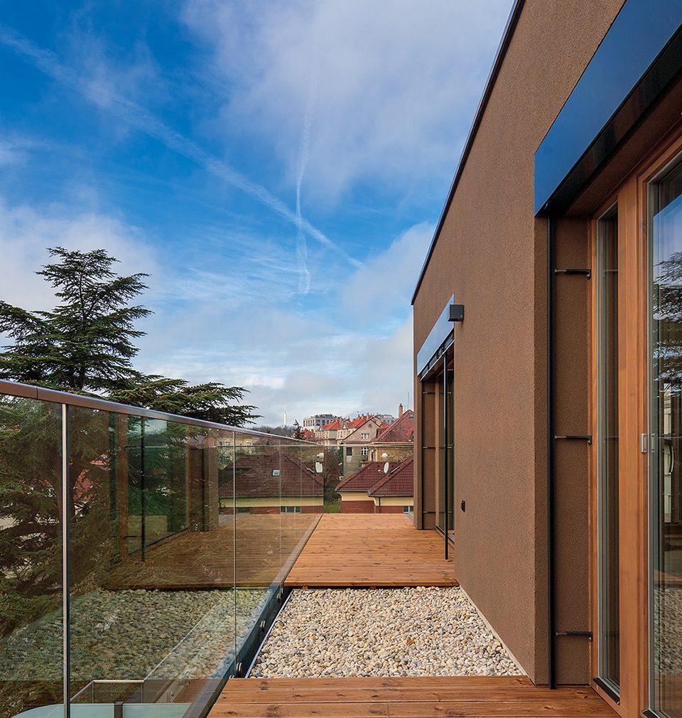 Zveme Vás na výstavu do Galerie Jaroslava Fragnera, kde se v souvislosti s tématem udržitelné architektury můžete  blíže seznámit i s nízkoenergetickou novostavbou rezidence Červený dvůr podle našeho návrhu a projektu. Výstava probíhá od 30.7.2020 do 22.9