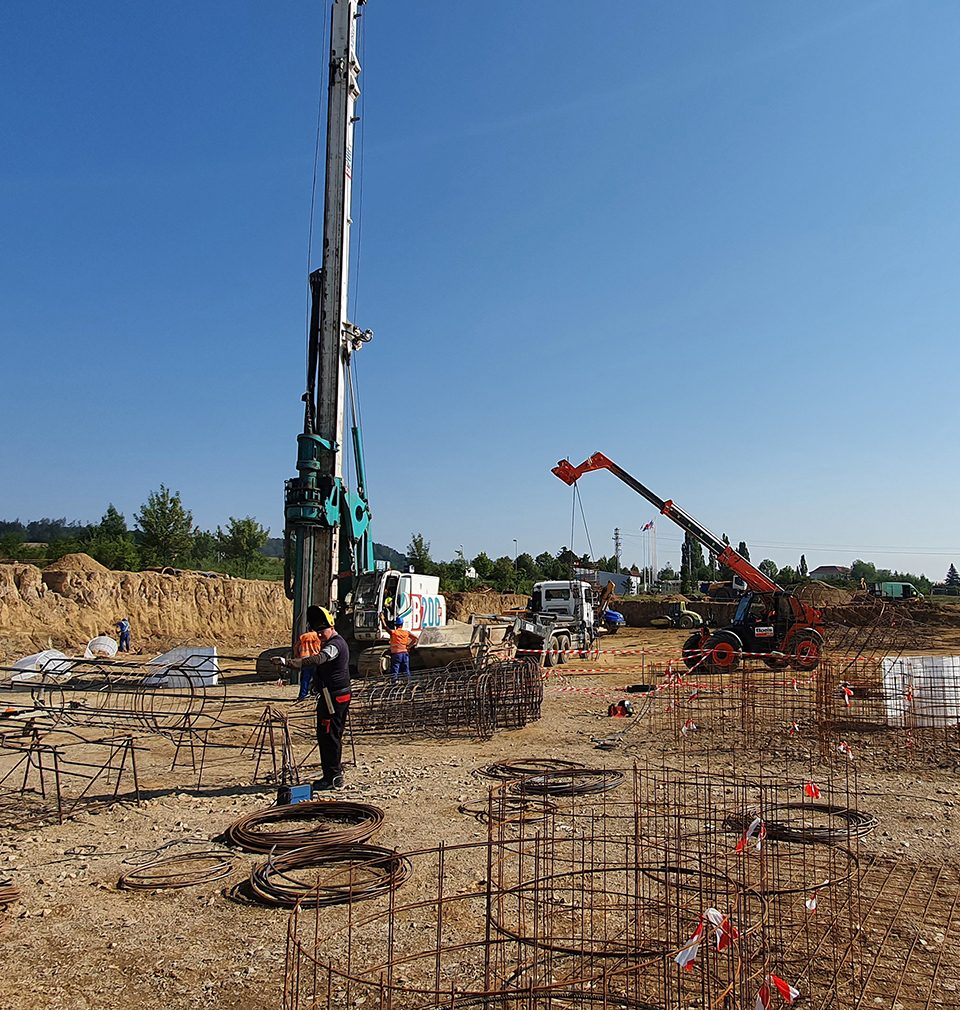 Výstavba rozsáhlé klempírny v Mýtě podle našeho návrhu pokračuje podle plánu