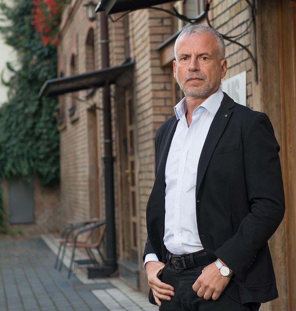Michal Šourek pohovoří 9.12.2020 na diskusním setkání Stavebního fóra  o dopadu pandemie na architekturu a veřejný prostor