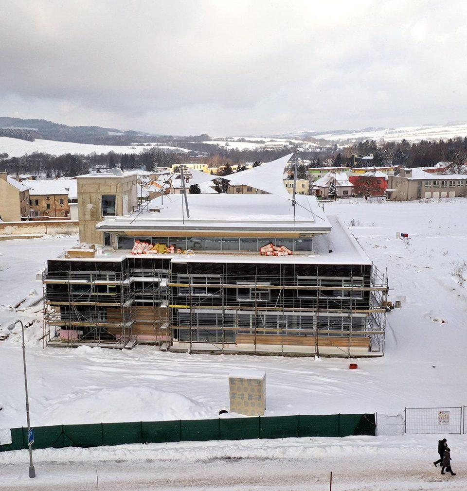 Výstavba domu dětí a mládeže podle našeho návrhu a projektu v zasněženém Ústí nad Orlicí pokračuje podle plánu