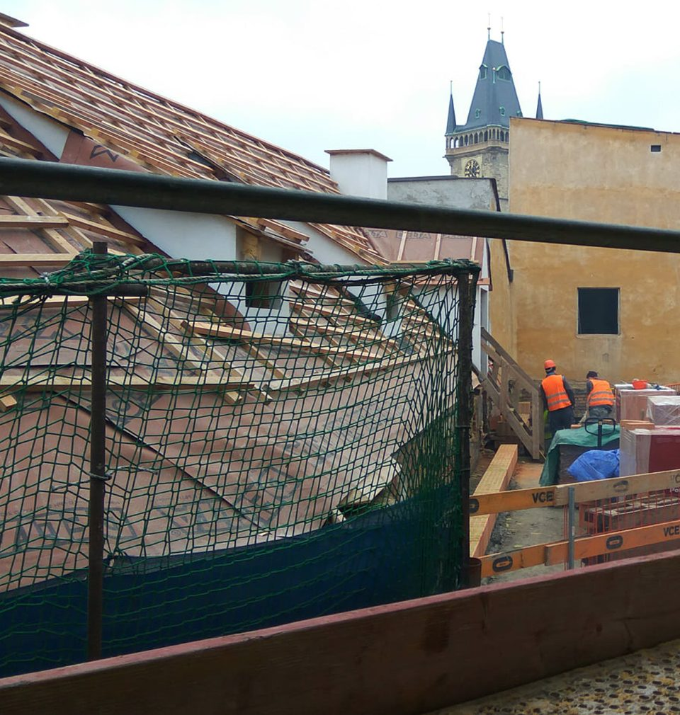 Po deseti letech ožívá v našich rukou výstavba okázalého hotelu na Staroměstském náměstí