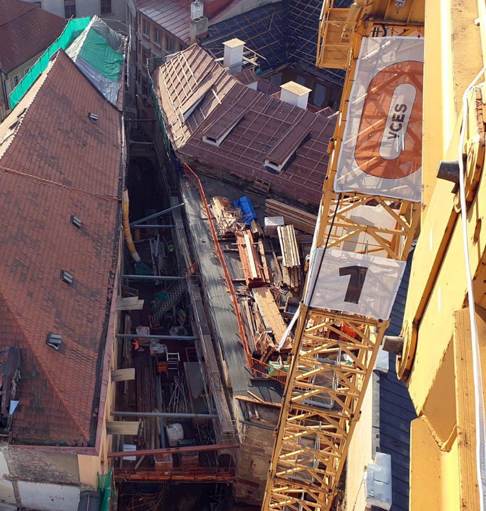 Výstavba hotelu podle našeho návrhu a projektu na Staroměstském náměstí pokračuje podle plánu