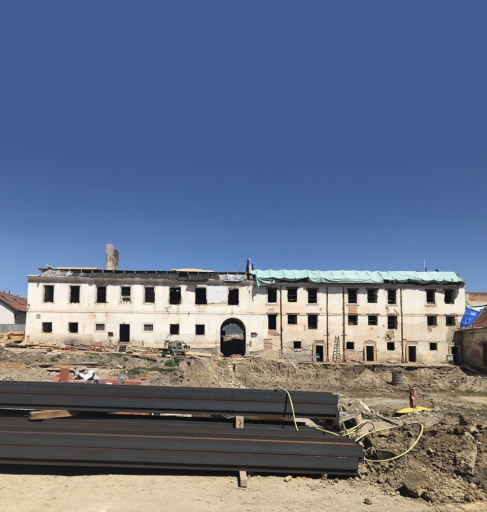 Na Jinonickém dvoře vyrostla dvojice sympatických obytných domů a byla zahájena regenerace samotné historické usedlosti